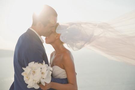 Photo pour Art photo of bride and groom on the seashore. Fashion wedding - image libre de droit