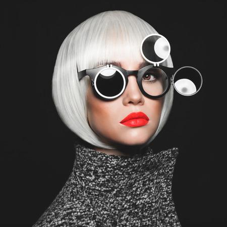 Photo pour Fashion studio photo of stylish lady in sunglasses - image libre de droit