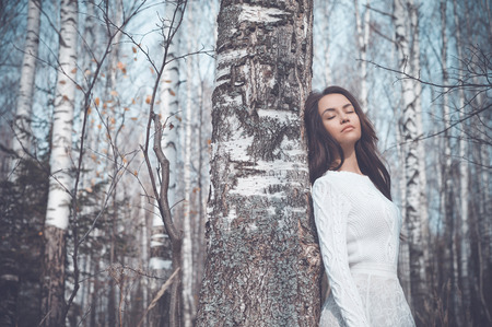 Photo pour Outdoor fashion photo of young beautiful lady in a birch forest - image libre de droit