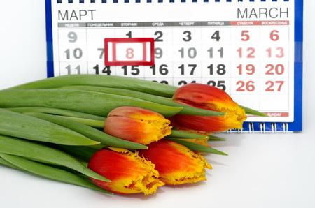 Photo pour Bouquet of tulips on the background of the calendar. March 8 - international women's day - image libre de droit