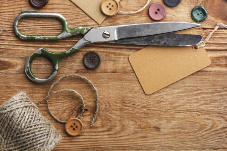 Photo pour Old scissors and buttons on the wooden table - image libre de droit