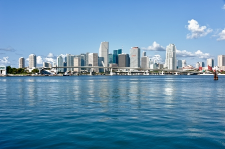 Photo pour Miami Downtown skyline in daytime with Biscayne Bay. All logos and brand names of building removed. - image libre de droit