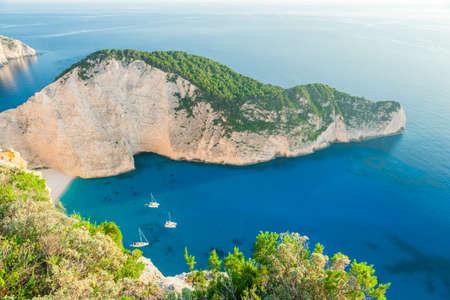 Photo pour Navagio Beach - Shipwreck Beach, Zakynthos Island, Greece - image libre de droit
