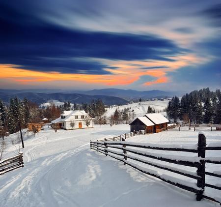 Foto de Winter landscape. Mountain village in the Ukrainian Carpathians. - Imagen libre de derechos