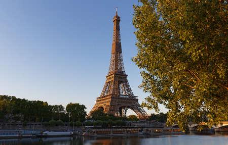 Photo pour Eiffel Tower, iconic Paris landmark with vibrant blue sky - image libre de droit