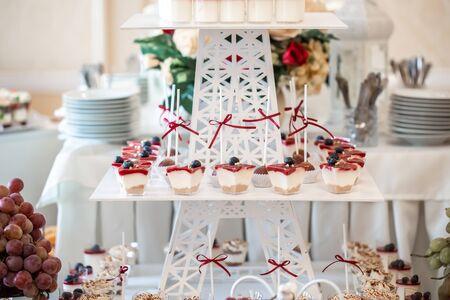 Photo pour Festive table served for celebration of wedding. Candy bar. - image libre de droit