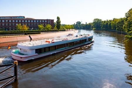 Photo pour Cruising down Spree River, Berlin, Germany - image libre de droit