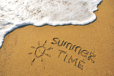 Foto de Summer time sign on the sand beach - Imagen libre de derechos