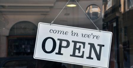 Photo pour Hanging open sign in the shop - image libre de droit