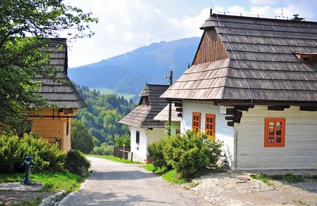 Photo pour Beautiful rural houses of Vlkolinec traditional slovak village, Liptov - image libre de droit