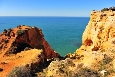 Photo pour Scenic view of cliffs on Carvoeiro beach, Portugal - image libre de droit
