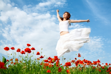 Photo pour beauty woman in poppy field in white dress - image libre de droit