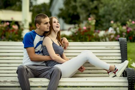 Photo pour Happy young people in love in the park on a sunny summer day. Summer holidays. Love concept. - image libre de droit