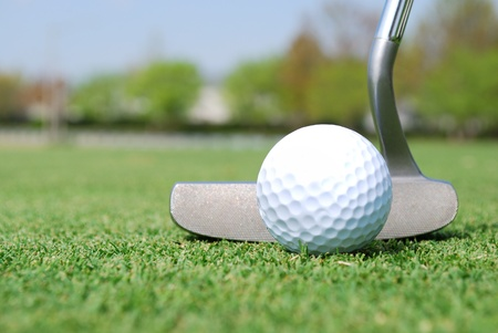 Photo pour close of golf ball and putter on green - image libre de droit