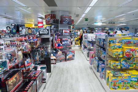 Photo pour Barcelona, Spain - August 17, 2017: Barcelona is the tourist center of Europe. The largest shopping center in Spain  El Corte Ingles. - image libre de droit