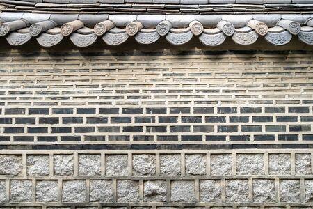 Photo pour Old brick fence in Jongno district of Seoul city - image libre de droit