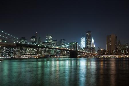 Foto de The New York City skyline at night w Brooklyn Bridge - Imagen libre de derechos