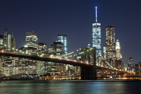 Photo pour The New York City skyline at night w Brooklyn Bridge and Freedom tower - image libre de droit