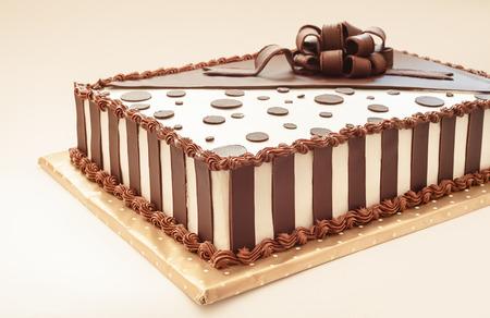 Photo pour Chocolate cake on white background, decoration details. - image libre de droit