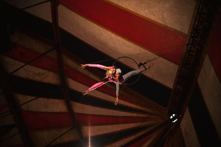 Photo pour Cacak, Serbia - Jun 30, 2018: International circus called Corona, acrobat's play during night concert. - image libre de droit