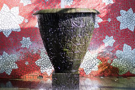 Foto de Flowing splashing water fountain with summer sunlight wallpaper - Imagen libre de derechos