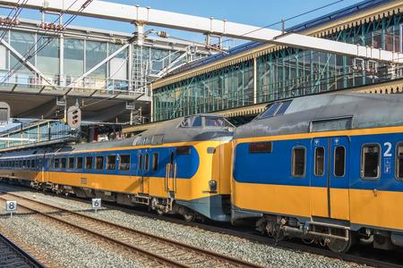 Photo pour Dutch intercity train at central station of Den Bosch, The Netherlands - image libre de droit