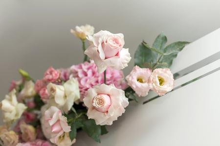 Foto de wedding fresh flowers decoration - Imagen libre de derechos