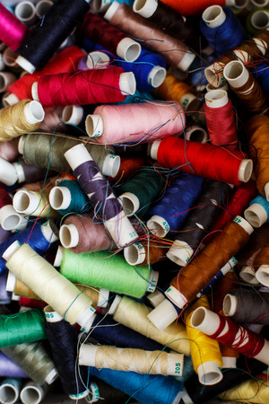 Photo pour closeup set of skeins of multi-colored sewing thread.Tailor industry. - image libre de droit