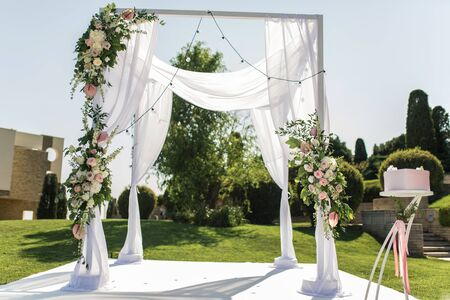 Photo pour Beautiful outgoing wedding set up. Jewish Hupa  on romantic wedding ceremony , wedding outdoor on the lawn. Wedding decor. A pink box for presents in the shape of a heart is on the table. - image libre de droit