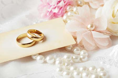 Photo pour two wedding rings and wedding invitation - image libre de droit