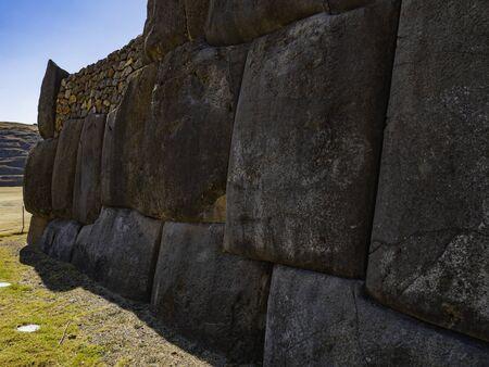 Foto de Close up view to huge stone blocks from the walls of Sacsayhuaman fortress, Cusco, Peru - Imagen libre de derechos