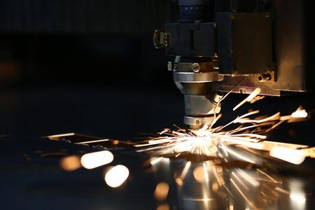 Photo pour Sparks fly out machine head for metal processing - image libre de droit