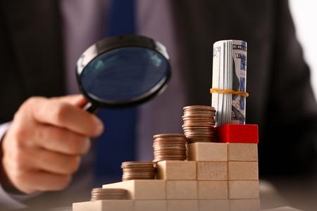 Photo pour Hand businessman in suit hold quarter - image libre de droit