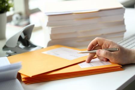 Photo pour Businessman hold hand silver pen. - image libre de droit
