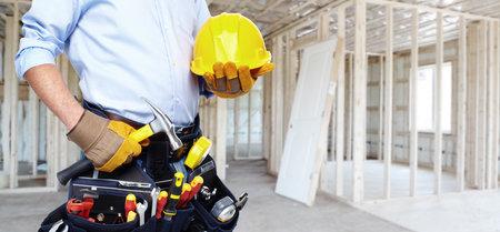 Photo pour Handyman with a tool belt. House renovation service. - image libre de droit