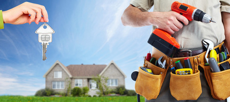 Photo pour Worker with a tool belt. Construction and house renovation concept. - image libre de droit