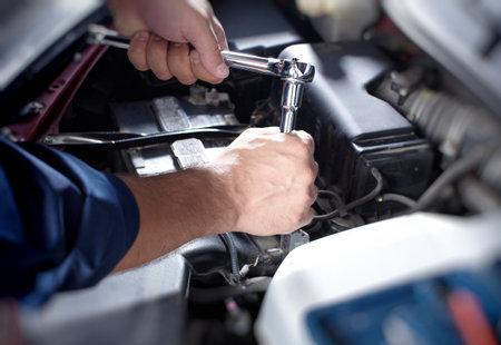 Photo pour Mechanic working in auto repair garage - image libre de droit