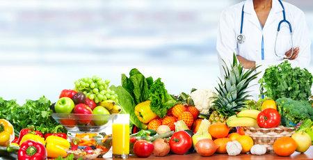 Photo pour Doctor woman with vegetables. Healthy diet and nutrition. - image libre de droit