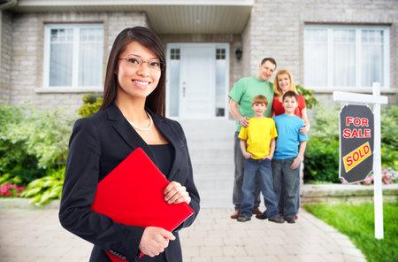 Photo pour Real Estate agent woman near new house. Home for sale concept. - image libre de droit