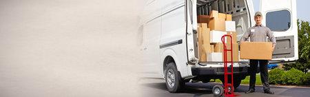 Photo pour Delivery postman with a box - image libre de droit