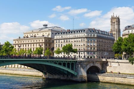 Photo pour PARIS, FRANCE - JUNE 23, 2017: View of the old historical buildings, Theatre de la Ville (City Theatre or Sarah-Bernhardt) and Pont Notre-Dame bridge in central part of Paris at summertime. - image libre de droit