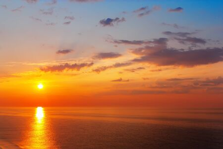 Photo pour Fantastic sunrise over the ocean on island of Sri Lanka - image libre de droit