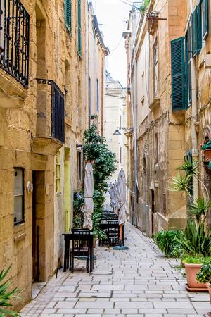 Photo pour Beautiful narrow streets in Malta - image libre de droit