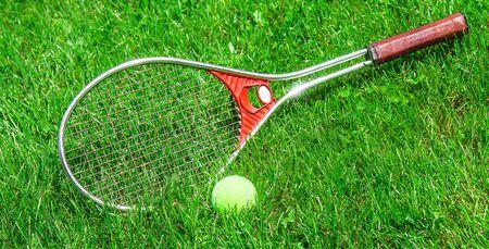 Foto de Tennis ball and racket on the green grass of the court close-up - Imagen libre de derechos