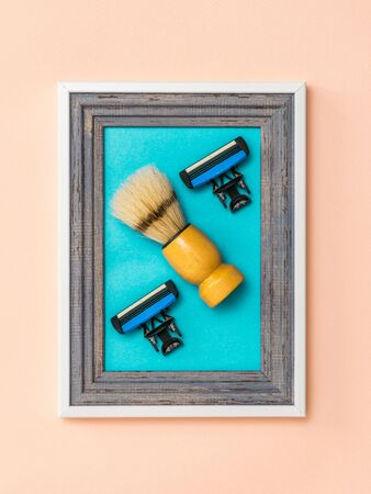 Photo pour Shaving brush with two replaceable blades in a frame on a coral background. Collage. Minimalism. Modern creative creativity. - image libre de droit