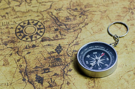 Photo pour Compass on old map - image libre de droit