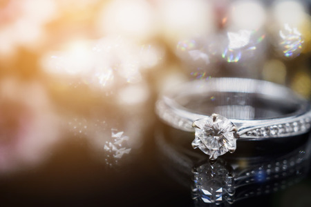 Foto de Luxury Jewelry diamond rings with reflection on black background - Imagen libre de derechos