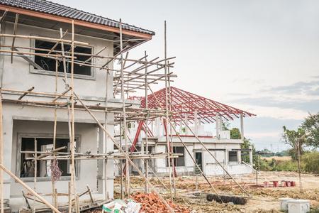 Foto de construction residential new house in progress at building site - Imagen libre de derechos