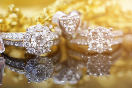 Photo pour Luxury gold Jewelry diamond rings with reflection on black background - image libre de droit
