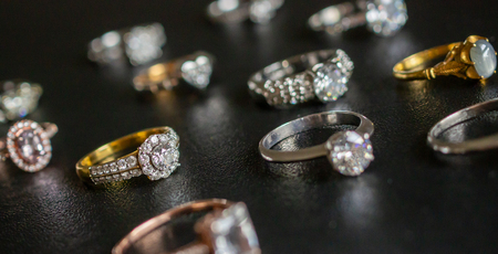 Foto de Jewelry diamond rings set on black background close up - Imagen libre de derechos